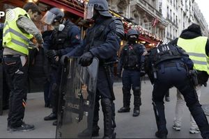 رفتار فرانسه با معترضان را خوب نگاه کن...