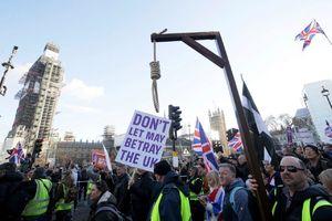 عکس/ تهدید نخست وزیر با طناب دار