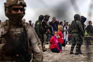 عکس/ بازداشت فعالان حقوق بشر در مرز آمریکا
