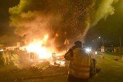 عکس/ آتش بازی شبانه جلیقه زردها در شمال فرانسه