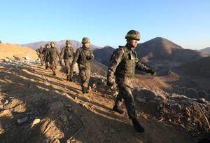عکس/ بازرسی نیروهای امنیتی در مرز دوکره