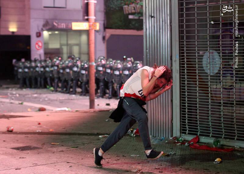 استقرار پلیس ضدشورش در بوینسآیرس برای مقابله با خشونت هواداران دو تیم ریورپلاته و بوکاجونیورز در پی مسابقه برگشت جام لیبرتادورس