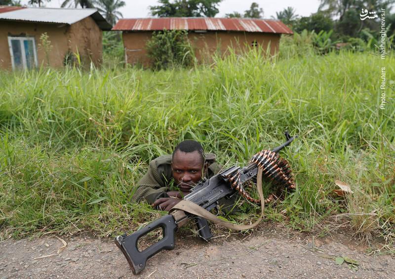استقرار یک سرباز جمهوری دموکراتیک کنگو در کنار جاده، نزدیک به محل حمله گروه شبه نظامی موسوم به «نیروهای متحد دموکراتیک»