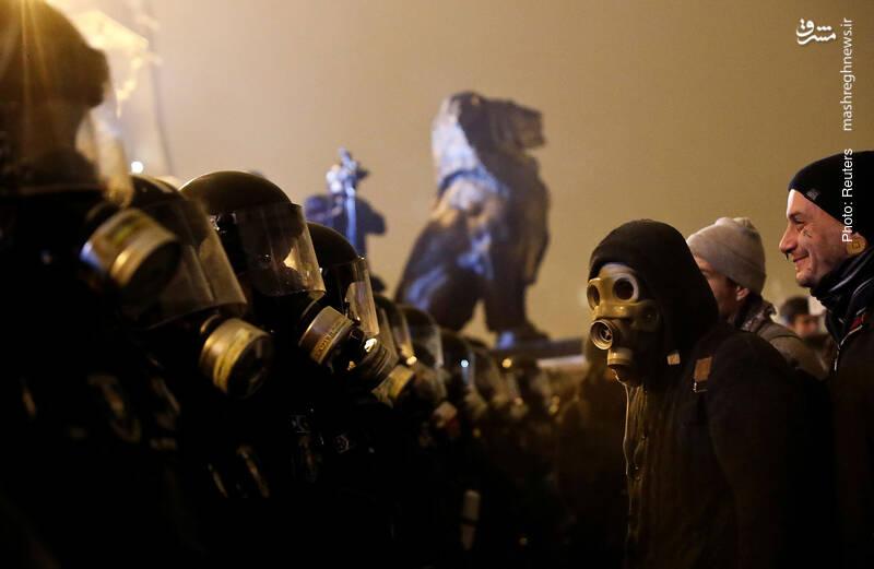 اعتراض به قانون کار در مقابل پارلمان در بوداپست مجارستان