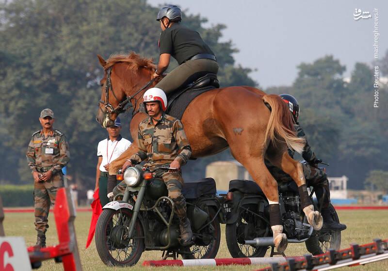نمایش نظامی پلیس هند در کلکته که به مناسبت اعطای استقلال به بنگلادش در سال 1971 برگزار میشود. بنگلادش تا پیش از آن جزئی از پاکستان بود و گرامیداشت روز استقلالش در هند، نمکزدن به یک زخمه کهنه است.