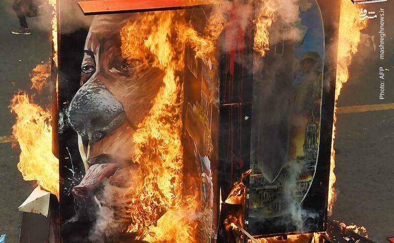 آتشزدن تصویر دوترته، رئیسجمهور فیلیپین توسط فعالان حقوق بشری در کنار کاخ ریاستجمهوری در مانیل