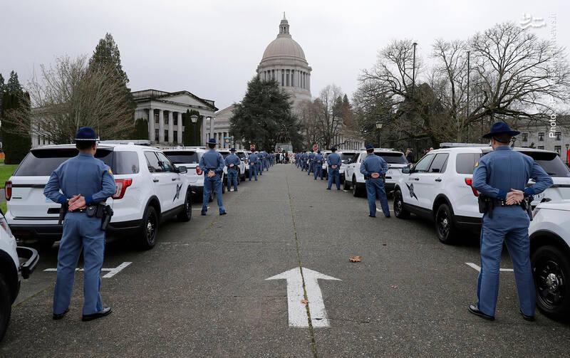 ادای احترام نیروهای جدید گشت پلیس در مقابل خدای دولت در ایالت واشینگتن