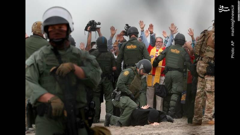 بازداشت معترضان آمریکایی در مرز مکزیک که به شیوه برخورد سربازان با مهاجران اعتراض داشتند.