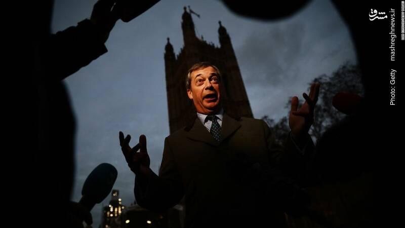 گفتگوی نایجل فراژ با رسانهها. وی از مهمترین حامیان برگزیت و از بنیانگذاران حزب استقلال بریتانیا است که در پی تقویت روابط لندن و اتحادیه اروپا از حزب محافظهکار منشعب شده است. ترزا می رهبر حزب محافظهکار این هفته پس از آنکه دریافت لایحه برگزیت در مجلس رأی نمیآورد، رأیگیری در مورد آن را تعویق انداخت.