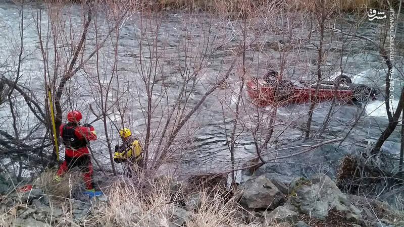 نجات یک مرد از خودروی واژگونشده در رودخانه پس از 5 ساعت. وی به نیروهای نجات کالیفرنیا گفته در این مدت طولانی از کیسه پلاستیک پر از باد تنفس میکرده است.