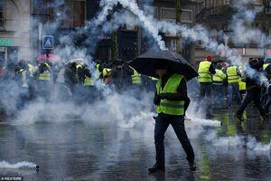 عکس/ باران اشکآور در خیابان شانزهلیزه!