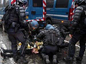 شمار تلفات تظاهرات جلیقه زردها در فرانسه به ۸ نفر رسید/خشونت پلیس علیه معترضان همچنان ادامه دارد+تصاویر