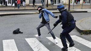 بوسه لیبرالیستهای وطنی بر چماق پلیس فرانسه +تصاویر