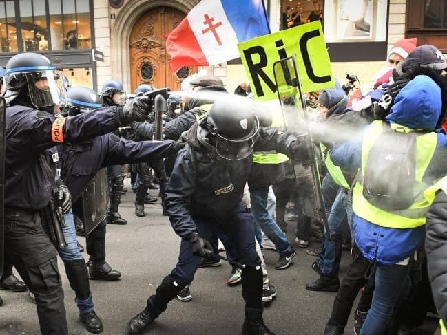 شمار تلفات تظاهرات جلیقه زردها در فرانسه به ۸ نفر رسید/خشونت پلیس علیه معترضان همچنان ادامه دارد