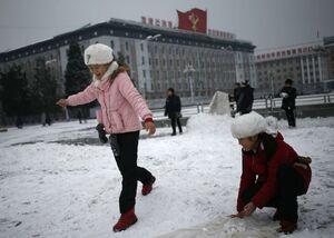 عکس/ برف بازی در مرکز شهر پیونگیانگ
