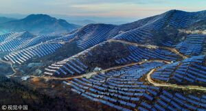 عکس/ نصب پنلهای انرژی خورشیدی بر روی کوه