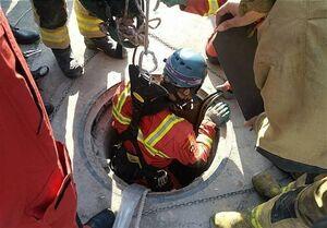 نجات کارگر از انتهای چاه ۲۵ متری +عکس