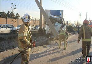 عکس/ برخورد شدید کامیونت باری با تیر برق