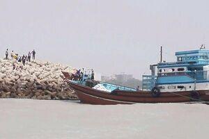 کمک به کشتی نارگل در بندر آستارا ادامه دارد