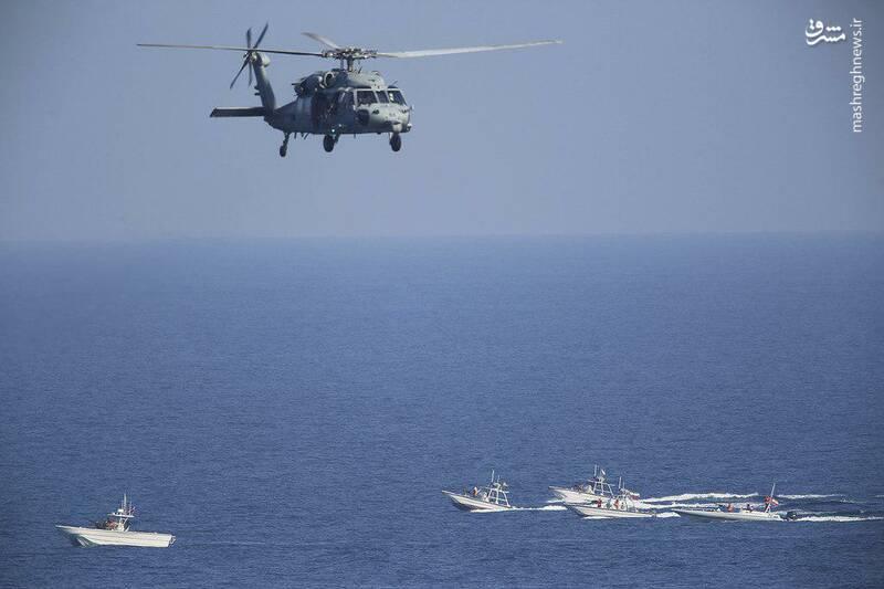 2412882 - لحظه نزدیک شدن قایقهای سپاه به ناوآمریکایی