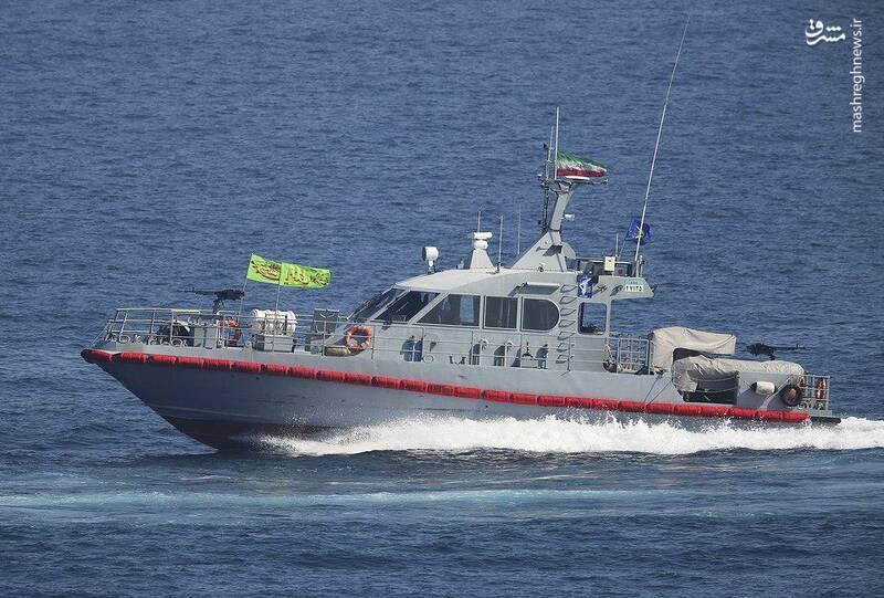2412884 - لحظه نزدیک شدن قایقهای سپاه به ناوآمریکایی
