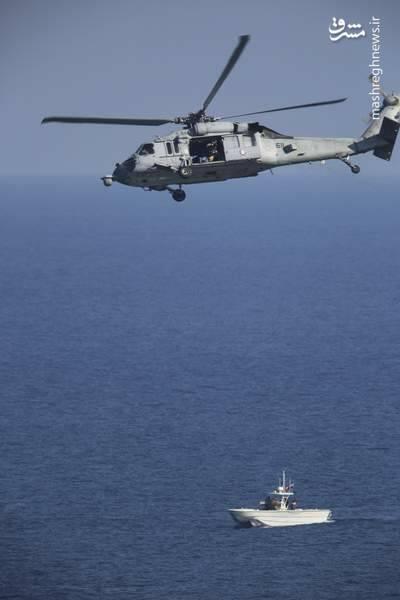 2412891 - لحظه نزدیک شدن قایقهای سپاه به ناوآمریکایی