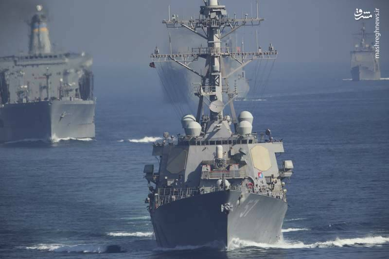 2412893 - لحظه نزدیک شدن قایقهای سپاه به ناوآمریکایی