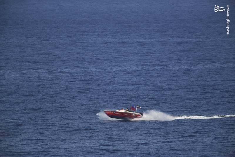 2412896 - لحظه نزدیک شدن قایقهای سپاه به ناوآمریکایی