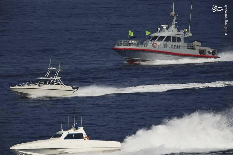 2412897 - لحظه نزدیک شدن قایقهای سپاه به ناوآمریکایی