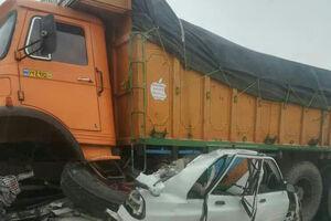 عکس/ لِه شدن وحشتناک پراید زیر چرخ های کامیون!