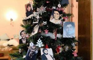 عکس/ تزیین درخت کریسمس با عکس شهدای مقاومت