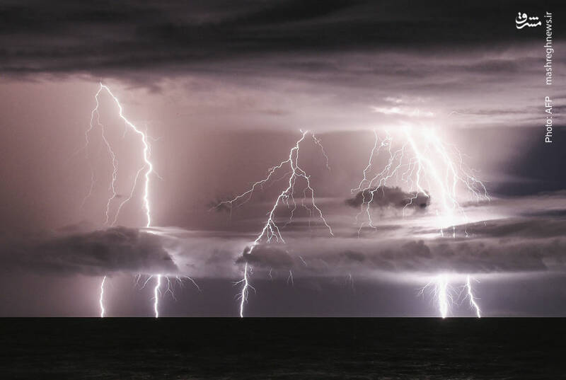 تصویر زیبایی از رعدوبرق در نزدیکی سوماترا همزمان با سونامی بر اثر فعالیت یک آتشفشان در دریا که به «بچه» مشهور است.