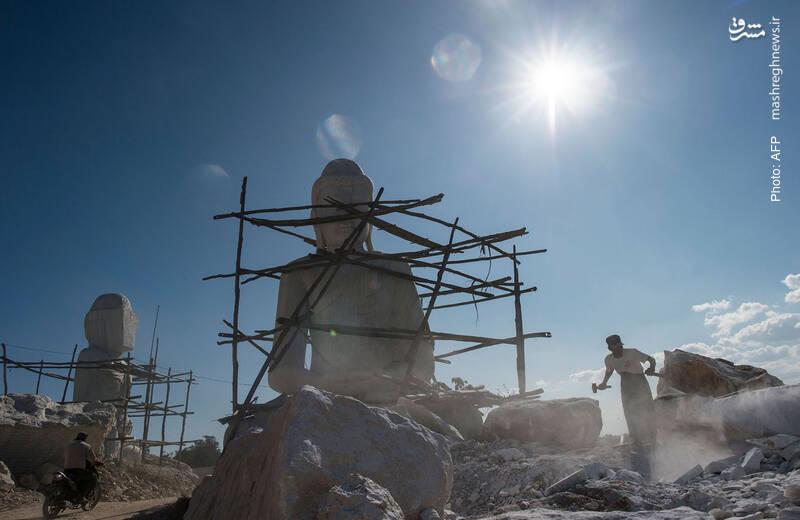 مجسمه بودا در یک کارگاه مجسمهسازی در میانمار که محصولاتش را به تایلند، ویتنام، تایوان و بازرگانان چینی میفروشد.