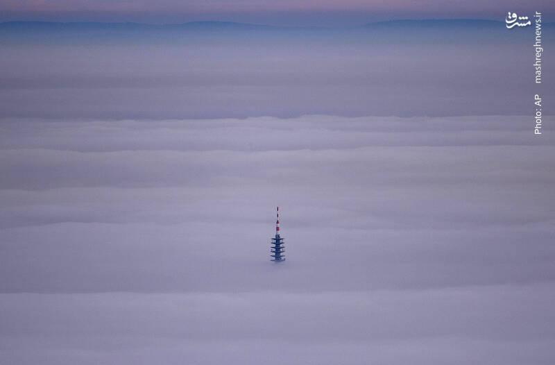 برج مخابراتی غرق در مه غلیظ فرانکفورت آلمان