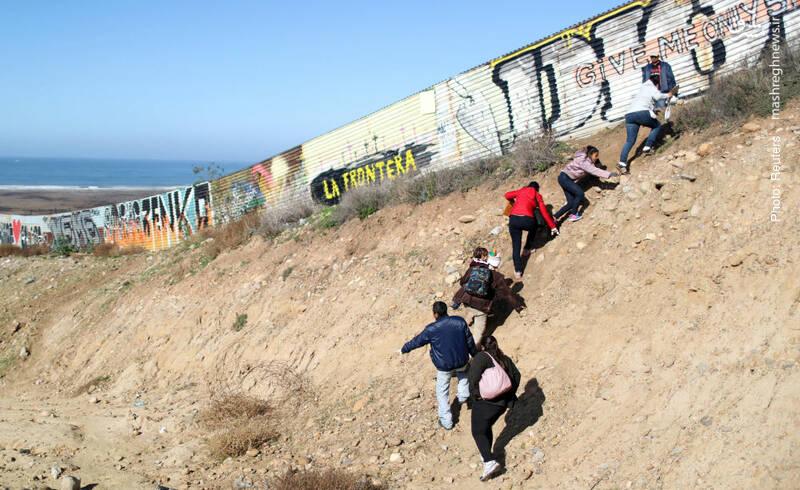 جست و خیز مهاجران در کنار دیوار مرزی مکزیک و آمریکا برای یافتن راهی به آن سو همچنان سوژه عکاسان خبری است.