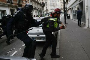 فیلم/ تهدید مسلحانه خبرنگار توسط پلیس فرانسه!