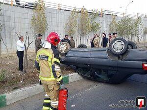 عکس/ واژگونی خودروی پراید در اتوبان بابایی