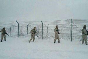 عکس/ مرزبانی از ایران در سرمای زیر صفر درجه!