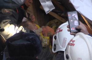 عکس/ نجات کودک 11 ماهه از زیر آوار