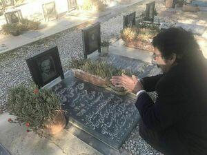 عکس/ علیرضا افتخاری بر سر مزار پدر