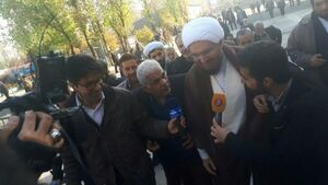 فیلم/ ورود امام جمعه موقت تهران  از درب نمازگزاران به شبستان