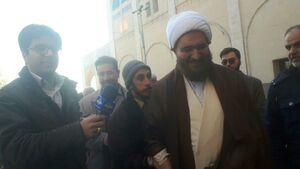 عکس/ اقدام تحسین برانگیز حاج علی اکبری در نماز جمعه تهران
