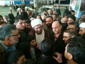 عکس/ گفتگوی صمیمانه حاج علی اکبری با مردم در شبستان مصلی