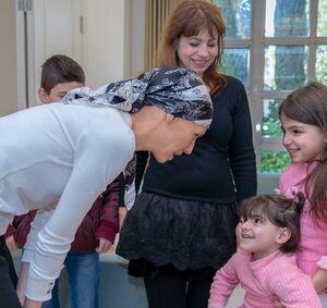 عکس/ دیدار همسر بشار اسد با خانواده جانباختگان سوری