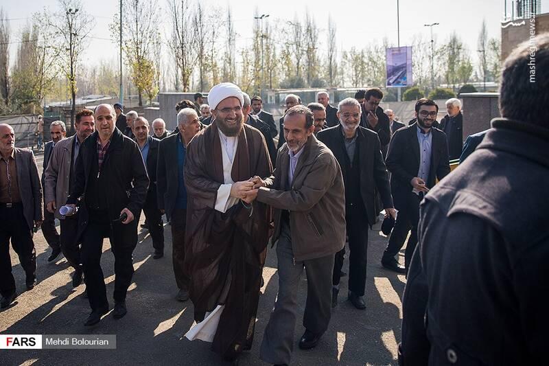 حجت الاسلام حاج علی اکبری برخلاف رویه معمول، بدون تشریفات و به همراه سایر نمازگزاران وارد مصلی شدند