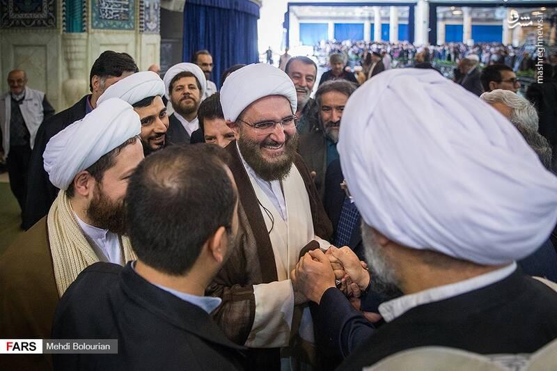 امام جمعه موقت تهران پس از اقامه نماز به میان نمازگزاران آمدند