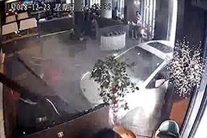 فیلم/ ورود وحشتناک ماشین به داخل رستوران!