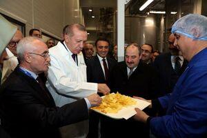 عکس/ چیپس خوری اردوغان در افتتاح یک کارخانه