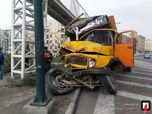 عکس/ برخورد شدید کامیون با پل عابر