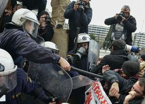 عکس/ درگیری پلیس یونان با معلمان معترض